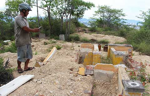 Tùy tiện đào phá, di dời gần 150 ngôi mộ  - ảnh 1