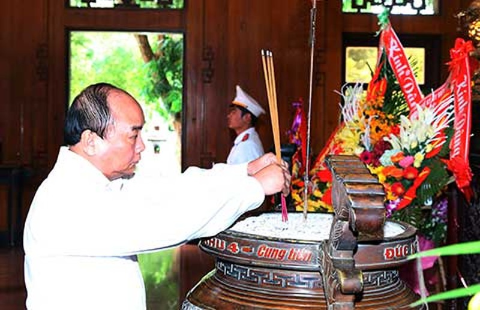 Thủ tướng dâng hương tưởng niệm Chủ tịch Hồ Chí Minh - ảnh 1