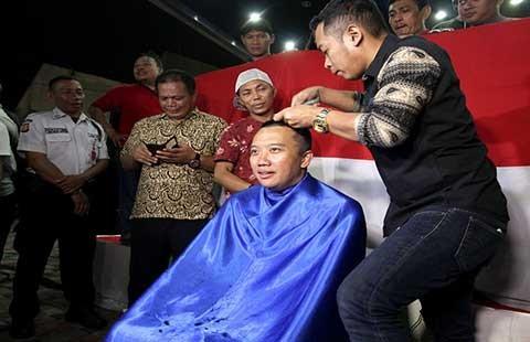 Giữ lời hứa, Bộ trưởng Thể thao Indonesia… xuống tóc - ảnh 1
