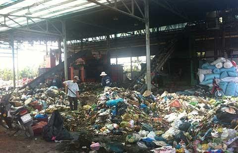 Ngủ phải trùm mền vì bãi rác ô nhiễm - ảnh 1