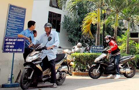 Cơ quan nhà nước phải treo bảng 'giữ xe miễn phí' - ảnh 1