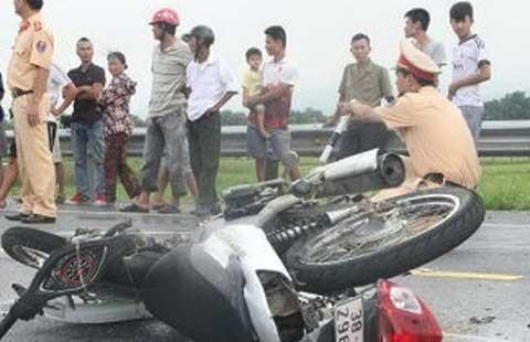 Xe máy chở 4 lao vào xe tải, 2 người tử vong  - ảnh 1