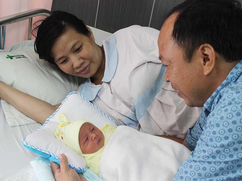 Mổ lấy thai 3,2 kg cùng khối u nặng gần 6 kg - ảnh 1