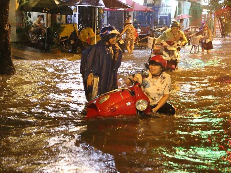 Mưa cực to, người Sài Gòn vật vã trong biển nước - ảnh 1