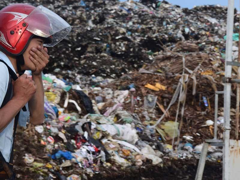 Bãi rác khổng lồ 'khủng bố' người dân - ảnh 1