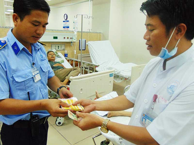 Nhân viên cấp cứu bán vé số giúp bệnh nhân  - ảnh 1