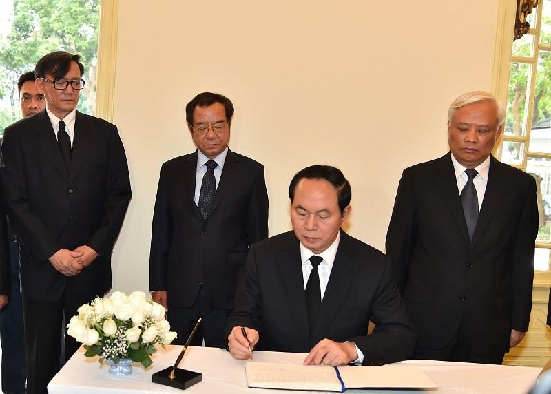 Chủ tịch nước viếng nhà vua Thái Lan  - ảnh 1