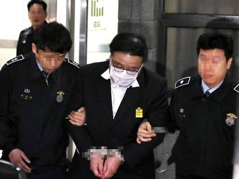 2 cựu cố vấn tổng thống Hàn Quốc chính thức bị bắt giam - ảnh 1