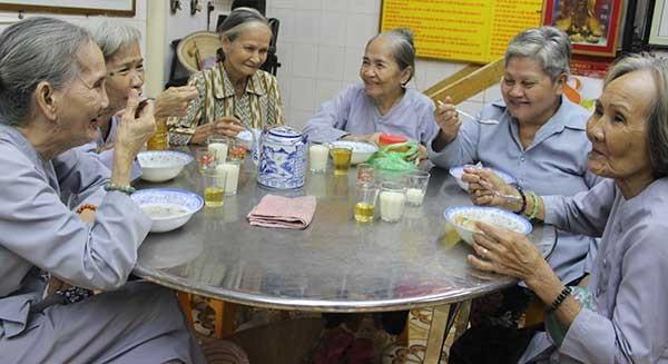 Người cao tuổi đến với bếp ăn tình thương - ảnh 1