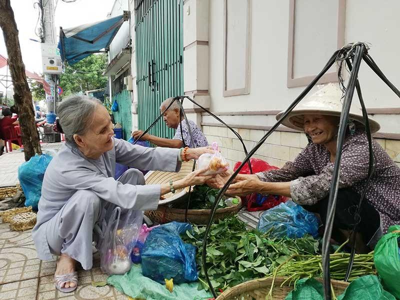 Người cao tuổi đến với bếp ăn tình thương - ảnh 2