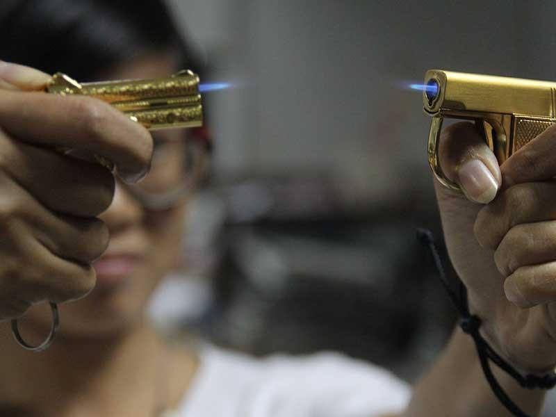 Vô tư mua bán hộp quẹt hình súng - ảnh 1