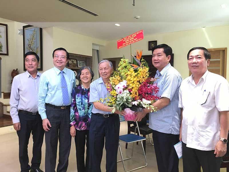 Lãnh đạo TP.HCM thăm, chúc mừng các nhà giáo lão thành - ảnh 1