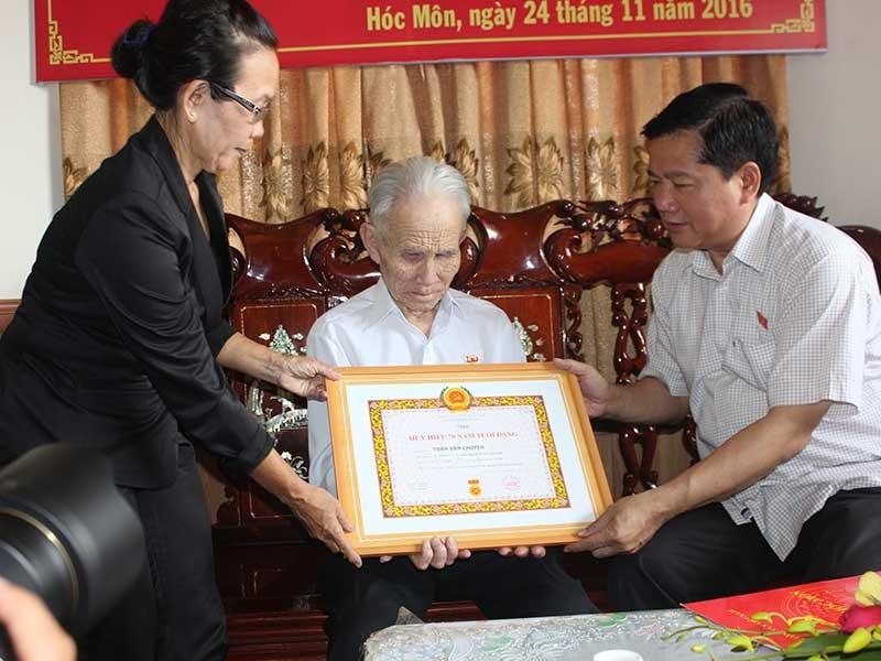 Trao huy hiệu cho người 70 tuổi Đảng - ảnh 1