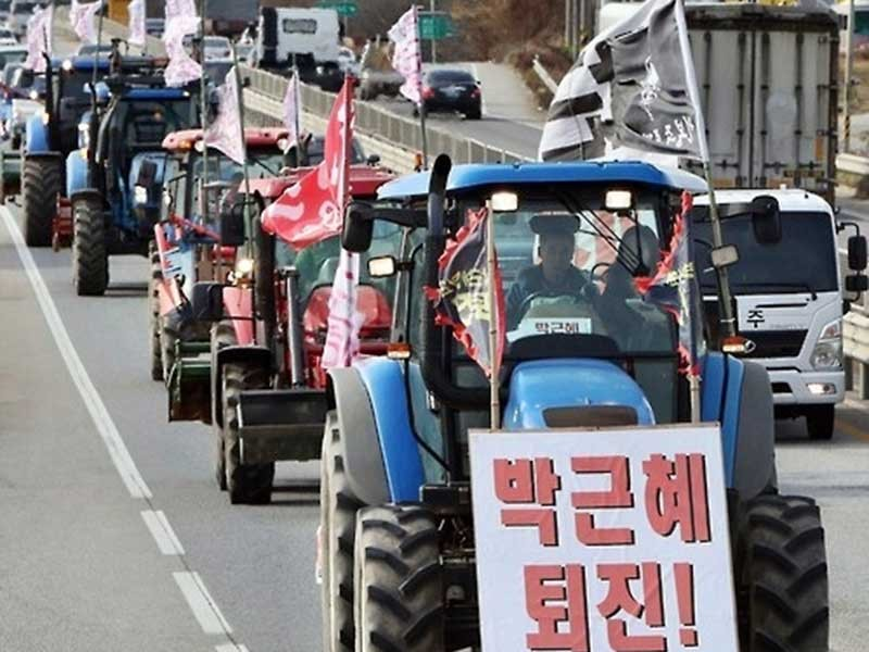 Gần 1.000 máy nông nghiệp biểu tình đòi bà Park từ chức - ảnh 1