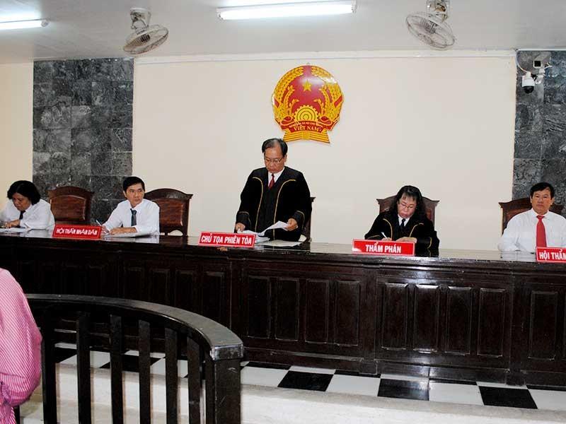 Nên cho hội thẩm mặc áo thụng khi xét xử - ảnh 1