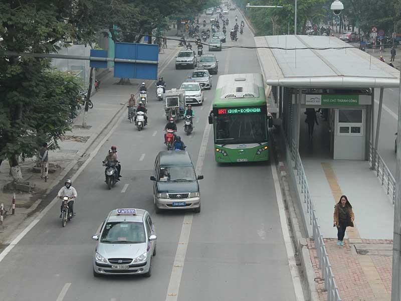 Nhiều phương tiện đi vào làn đường xe buýt nhanh - ảnh 1