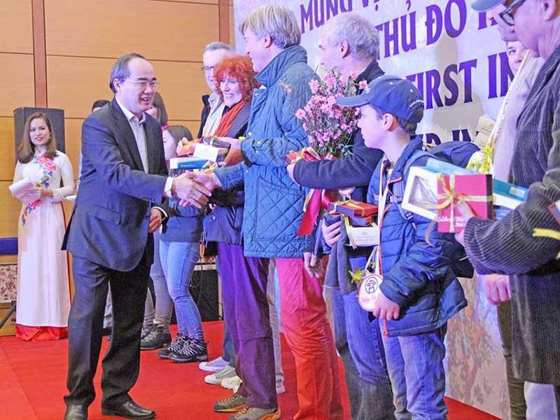 Hà Nội, TP.HCM đón khách quốc tế đầu tiên năm 2017 - ảnh 1