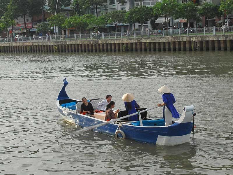 Phải chặn việc ném đá du khách trên kênh Nhiêu Lộc - ảnh 1