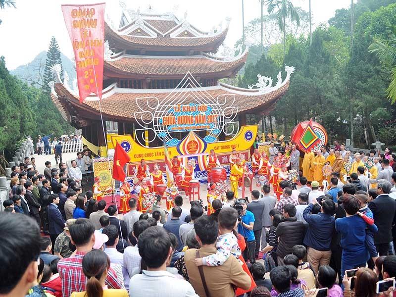 Ngày khai hội, chùa Hương đón 4 vạn du khách - ảnh 1
