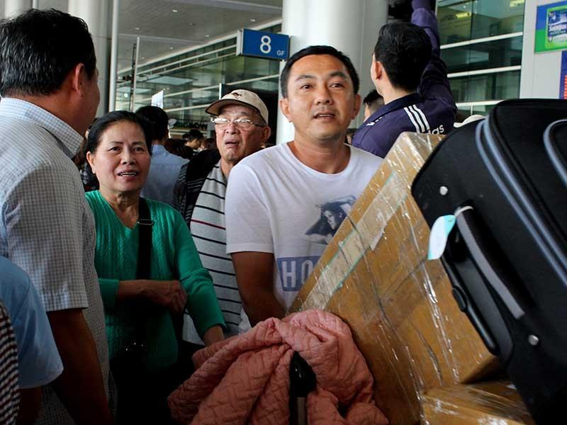 Người dân về lại TP.HCM: Sân bay đông, xe tàu thưa thớt - ảnh 1