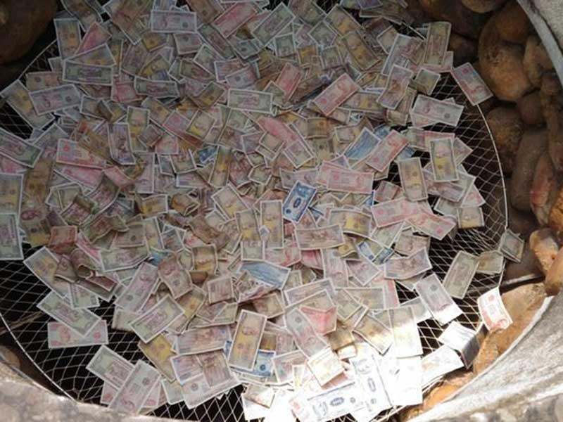 Đặt tiền vào tay thánh thần là hối lộ thô thiển - ảnh 1