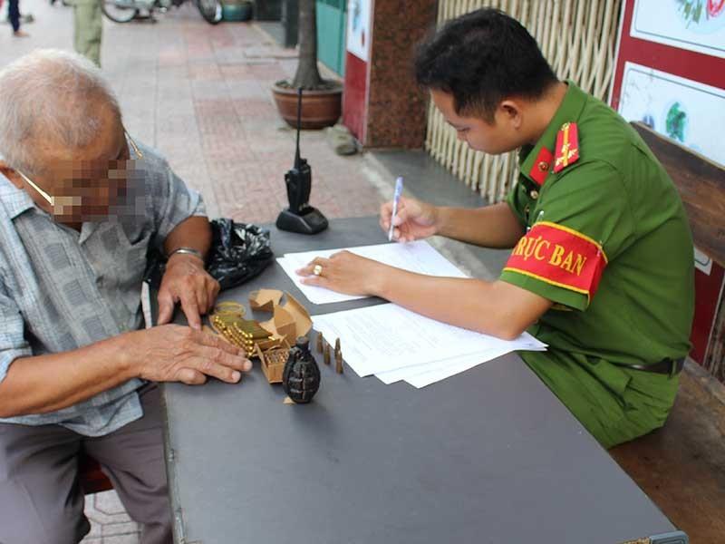 TP.HCM: Dân mang nộp hàng trăm súng, đạn - ảnh 1
