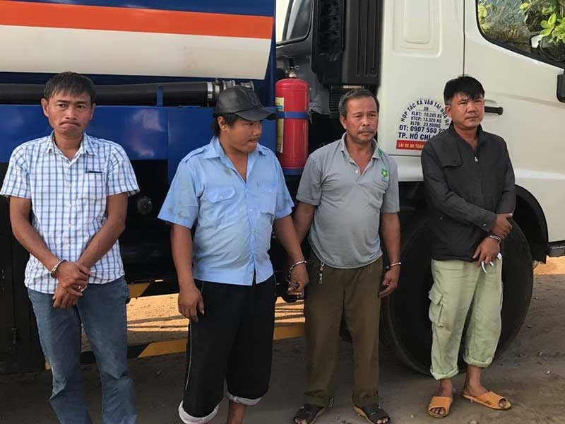 Bắt hơn 30 người trong đường dây rút ruột xăng dầu - ảnh 1