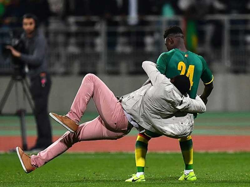 CĐV Bờ Biển Ngà xuống sân quật ngã cầu thủ Senegal - ảnh 1