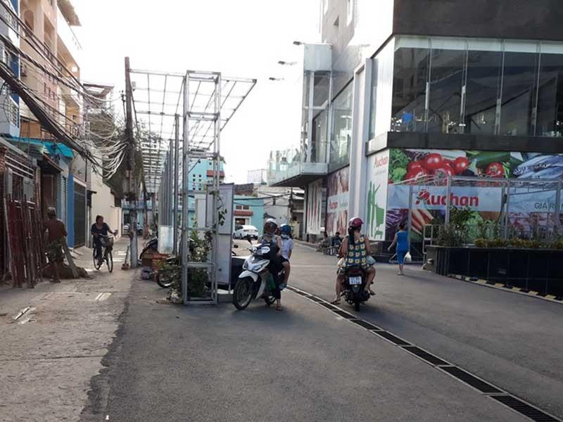 Tòa nhà dựng khung sắt giữa đường khiến dân bất an - ảnh 1