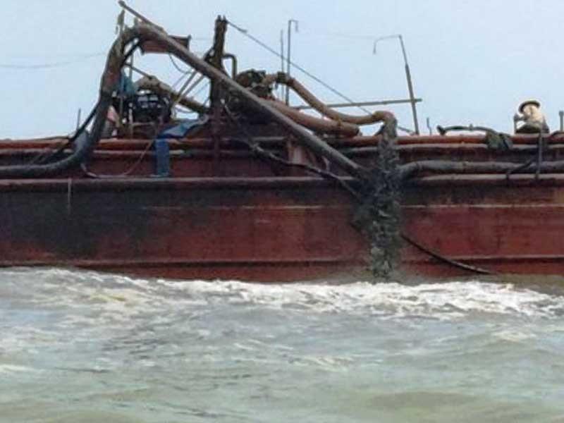 Nghệ An đề nghị Thanh Hóa dừng đổ thải xuống biển - ảnh 1