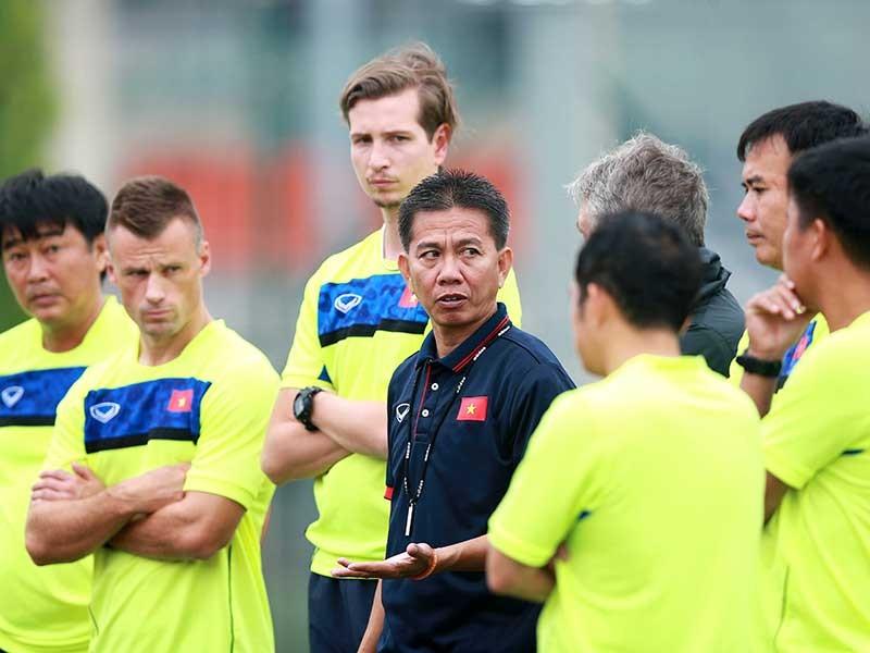 HLV Hoàng Anh Tuấn bạc đầu vì U-20 Việt Nam - ảnh 1