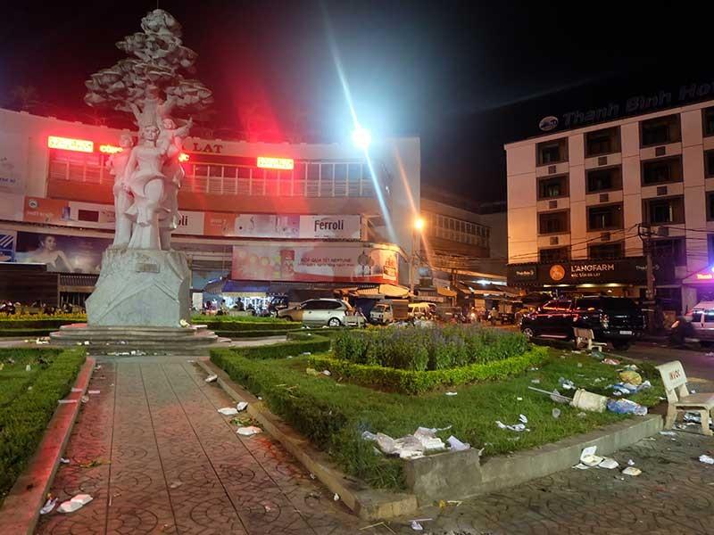 Rác vây chợ Đà Lạt