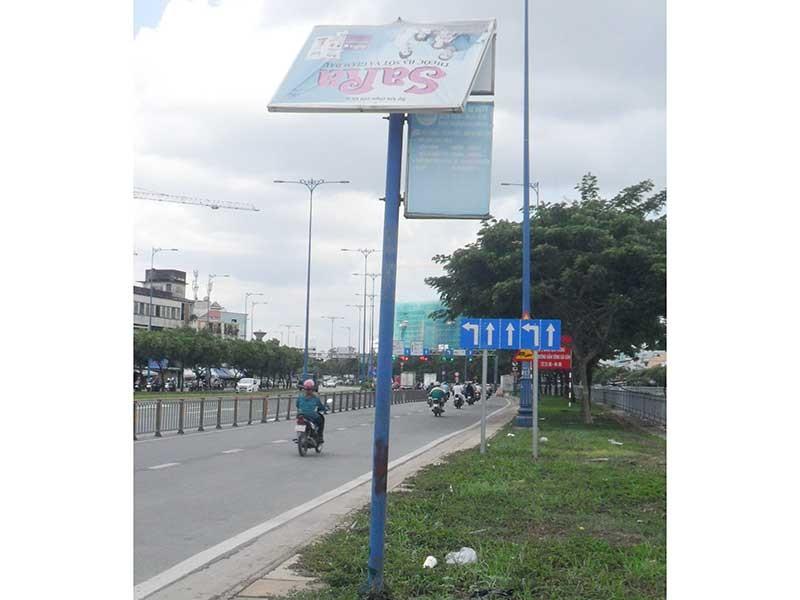 Nguy hiểm bảng quảng cáo chờ đổ - ảnh 1
