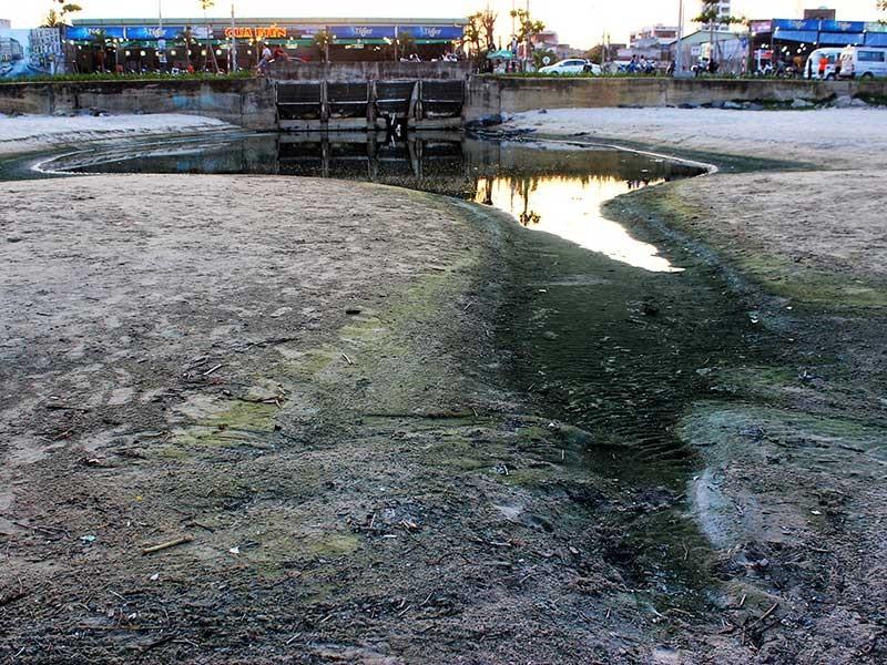 Nước thải nhà hàng, khách sạn 'bức tử' bãi biển  - ảnh 1