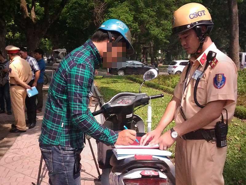 Dắt xe máy qua chốt CSGT, có bị phạt? - ảnh 1