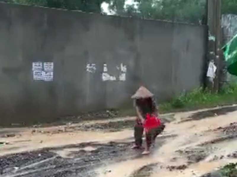 Chủ tịch phường lý giải chuyện cụ bà đội mưa 'vá đường' - ảnh 1