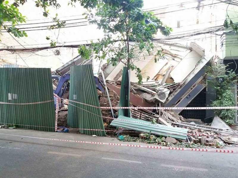 2 nhà cao tầng đổ sập: Thoát chết nhờ hàng xóm tốt bụng - ảnh 1