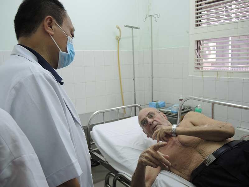 Bệnh nhân người nước ngoài chây ỳ bám bệnh viện - ảnh 1
