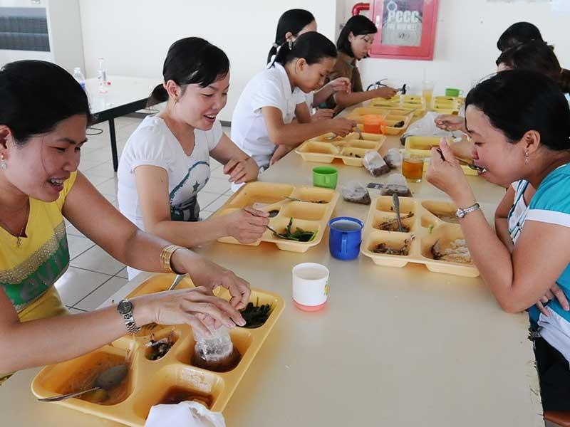 Suất cơm công nghiệp 12.000 đồng: Công nhân ăn gì? - ảnh 1