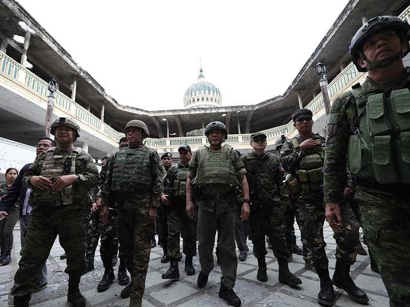 Ông Duterte mặc quân phục, đi giày vào nhà thờ hồi giáo - ảnh 1