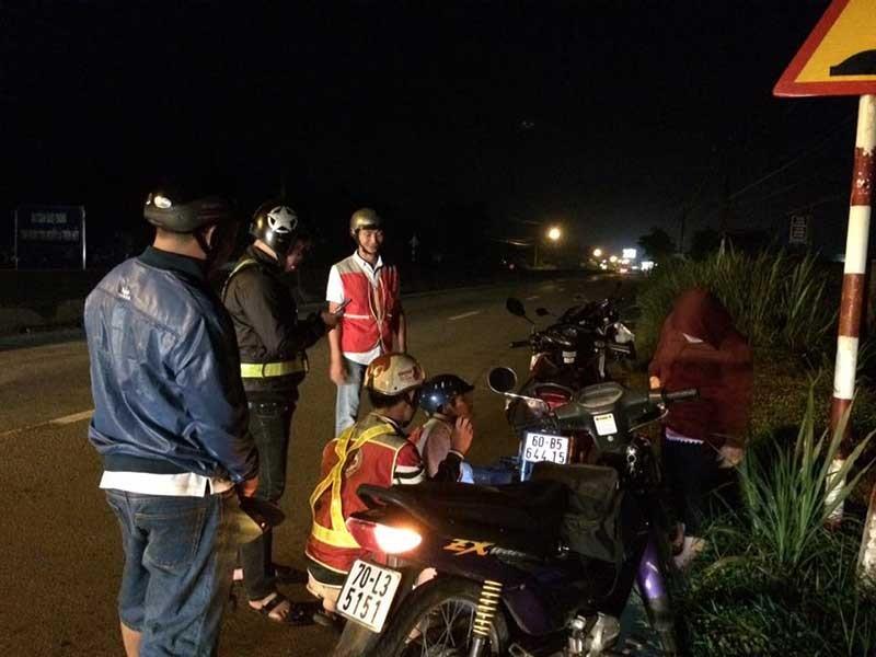 Dân tặng ... xăng cho Đội cứu nạn giao thông  - ảnh 2