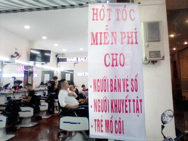 Chủ tiệm salon hớt tóc miễn phí cho người nghèo - ảnh 1