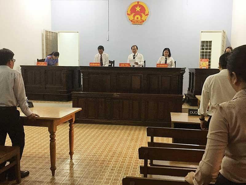 Tòa đình chỉ vụ kiện giám đốc sở, VKS kháng nghị - ảnh 1