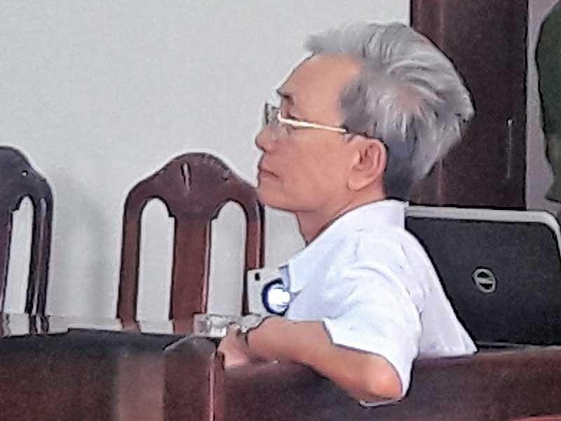 Nguyễn Khắc Thủy lãnh 3 năm tù tội dâm ô trẻ em - ảnh 1