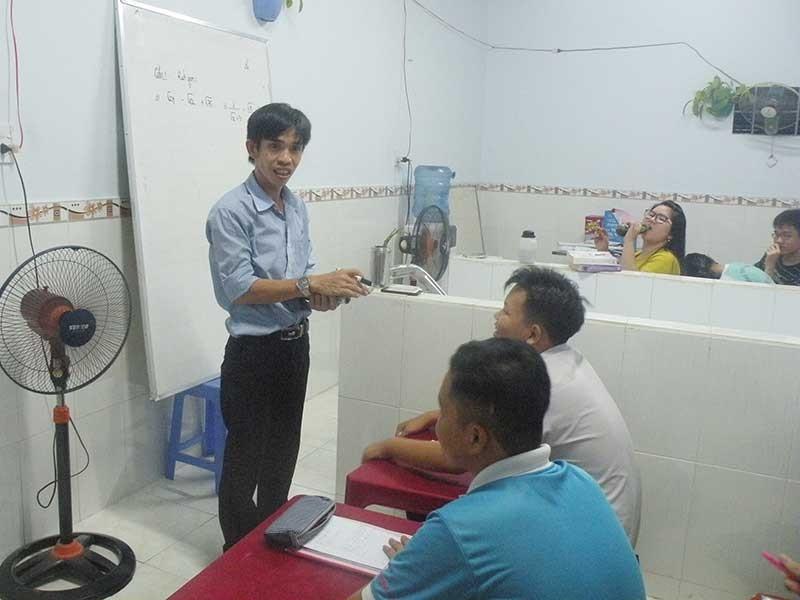 Anh công nhân dạy kèm miễn phí cho trẻ nghèo - ảnh 1