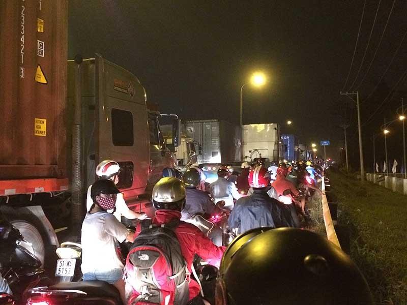 Kẹt xe, hàng trăm phương tiện chôn chân tại cầu Phú Mỹ - ảnh 1