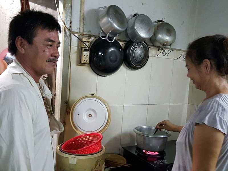 Chị Xuân Thu, vợ anh Phi, tự hào cho biết giờ anh Phi rất chăm lo cho vợ con, giành làm hết việc nhà. Ảnh: H.MINH