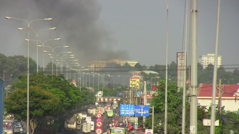 Hàng trăm cảnh sát dập đám cháy xưởng gỗ ở Thủ Đức - ảnh 13