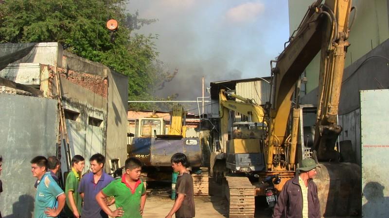 Hàng trăm cảnh sát dập đám cháy xưởng gỗ ở Thủ Đức - ảnh 15