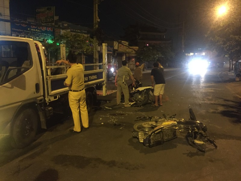 Hai xe máy đối đầu, hai người bị thương nặng - ảnh 2